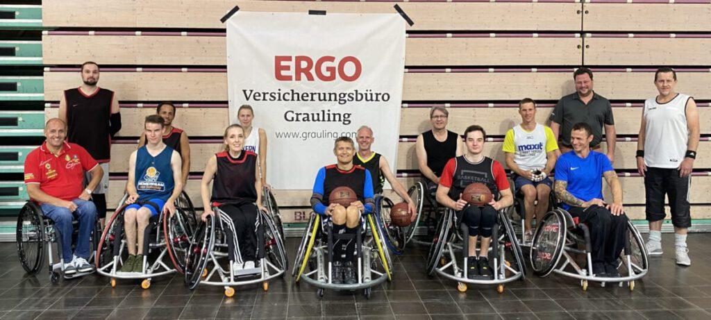Teamfoto RSV Bayreuth Rollstuhlbasketball mit Nikolaj Grauling (hinten rechts in grau) und unserem 1. Vorstand Werner Burkhardt (vorne links in rot).